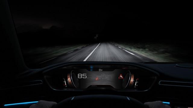 Matomumą tamsiuoju paros metu pagerina naujajame PEUGEOT 508 SW esanti naktinio matymo technologija.